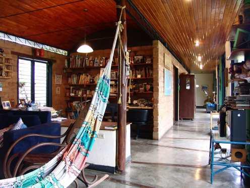Vista del estudio y corredor que lleva a las habitaciones