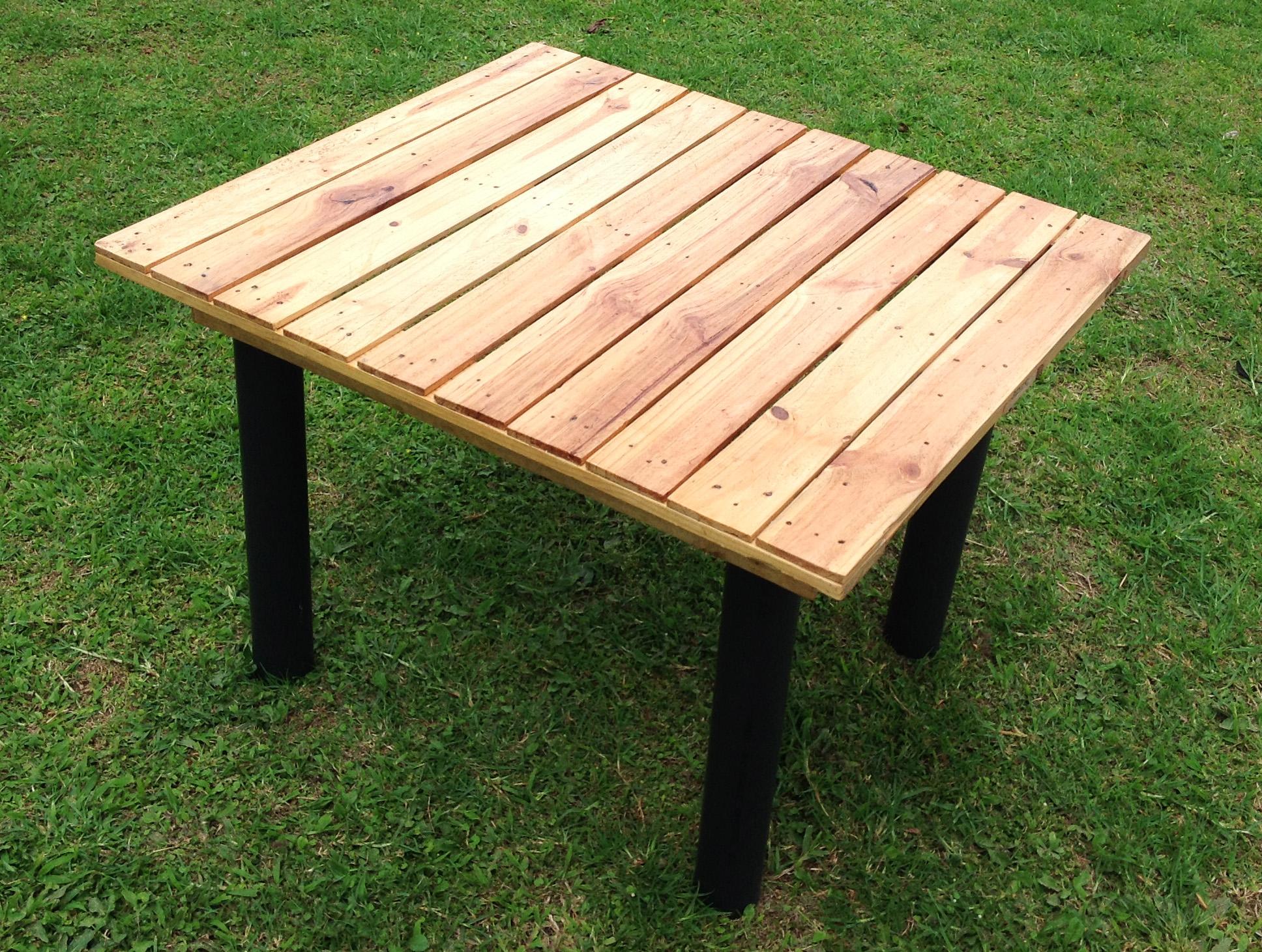 mesa a base de tarimas de madera yuso